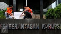 Anggota Koalisi Pemantau Peradilan melakukan aksi peletakan batu pertama pembangunan museum KPK di halaman KPK, Jakarta, Kamis (8/10/2015). Mereka memprotes DPR yang memasukan revisi UU KPK NO.30 th 2002 ke dalam Prolegnas (Liputan6.com/Andrian M Tunay)
