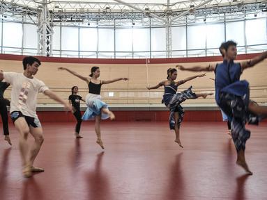 """Para penari berlatih jelang pementasan pertunjukan tari bertajuk """"Hope"""" di Jakarta International Velodrome, Jakarta, Minggu (29/11/2020). Pertunjukan yang memadukan balet dan tarian Jawa tersebut akan diselenggarakan pada 6 Desember 2020. (merdeka.com/Iqbal S. Nugroho)"""