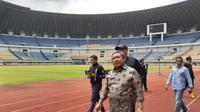 Wakil Wali Kota Bandung, Yana Mulyana saat memantau kondisi Stadion GBLA, Bandung belum lama ini. (Bola.com/erwin snaz)