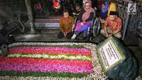 Sekjend Suluh Kebangsaan Alissa Wahid ketika ziarah ke makam Gus Dur di Jombang, Jawa Timur, Rabu (20/2). Kegiatan ini dalam rangkaian Jelajah Kebangsaan. (Liputan6.com/Johan Tallo)