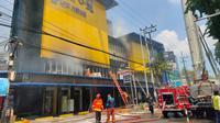 Toko elektronik UFO di Jalan Kertajaya Surabaya mengalami kebakaran, Sabtu (28/12/2019). (Liputan6.com/ Dian Kurniawan)