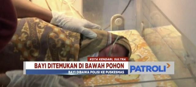 Bayi yang saat ditemukan terbungkus kantong plastik dengan kondisi ari-ari masih melekat dibawa ke puskesmas oleh aparat kepolisian.