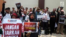 Komite Nasional Solidaritas Rohingya menggelar aksi di depan Kantor Duta Besar Myanmar, Jakarta, Rabu (5/12). Massa membawa sejumlah poster yang berisi kecaman terhadap pemerintah Myanmar. (Liputan6.com/JohanTallo)