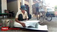 Ahmad, kakek 80 tahun warga Kraksaan, Kabupaten Probolinggo, Jawa Timur, saat mereparasi peralatan dapur milik pelanggannya.(TIMES Indonesia/Dicko W)