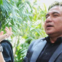 Artis Nikita Mirzani didampingi kuasa hukum, Ferry Mahendra memberikan keterangan usai menjalani pemeriksaan terkait penggelapan barang-barang milik Dipo Latief di Polres Metro Jakarta Selatan, Selasa (2/10). (Liputan6.com/Faizal Fanani)