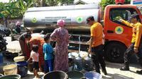 BPBD Kabupaten Bogor memberikan bantuan air bersih. (Liputan6.com/ Achmad Sudarno)