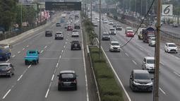 Sejumlah kendaraan melintas di ruas tol lingkar luar di Jakarta, Minggu (26/8). Penyeragaman tarif tol JORR sebesar Rp 15 ribu untuk kendaraan golongan I kemungkinan akan diterapkan usai pelaksanaan Asian Games 2018. (Liputan6.com/Immanuel Antonius)
