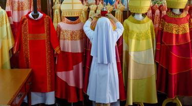 Suster Sukanya Sukchai merapikan jubah yang akan digunakan Paus Fransiskus saat mengunjungi Thailand di sekolah persiapan Katolik, Bangkok, Jumat (8/11/2019). (AP Photo/Gemunu Amarasinghe)