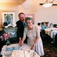 Joyce dan Jim adalah pasangan semasa SMA yang bersatu dalam pernikahan setelah 64 tahun menjalani hidup sendiri-sendiri. (Foto: buzzfeed)