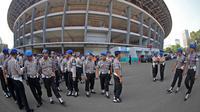 Pengamanan gabungan Polri dan TNI di Stadion GBK, Jakarta, Sabtu (17/10/2015), Pengamanan ini bertujuan untuk membuat suporter dan penonton merasa aman saat partai Final Piala Presiden berlangsung. (Bola.com/Nicklas Hanoatubun).