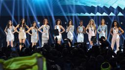 Miss Indonesia, Frederika Alexis Cull dan sembilan finalis lainnya di atas panggung kontes Miss Universe 2019 di Tyler Perry Studios, Atlanta, Minggu (8/12/2019). Frederika mencetak sejarah baru untuk Indonesia dengan menembus babak 10 besar Miss Universe 2019. (VALERIE MACON / AFP)