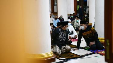 Gubernur DKI Jakarta Anies Baswedan dan Ridwan Kami berteu dalam Salat Shubuh berjamaah di Masjid Agung Sumedang, Jawa Barat. (Istimewa)