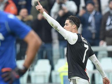 Penyerang Juventus, Cristiano Ronaldo (kanan) berselebrasi usai mencetak gol keduanya ke gawang Udinese selama pertandingan lanjutan Liga Serie A Italia di Stadion Allianz di Turin (15/12/2019). Juventus menang 3-1 atas Udinese. (Alessandro Di Marco / ANSA via AP)