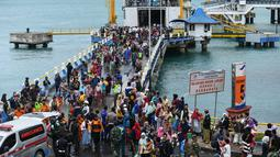 Para pengungsi turun dari kapal ferry di Pelabuhan Bakauheni, Lampung, Rabu (26/12). Aktivitas gunung berapi anak Krakatau yang mengakibatkan gelombang tsunami 22 Desember lalu memaksa belasan ribu orang mengungsi. (AFP Photo/Mohd Rasfan)