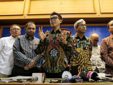 Artis Eko Hendro Purnomo (Eko Patrio) didampingi Wamenlu RI A.M. Fachir dan Konjen RI Hong Kong Tri Tharyat serta para komedian menggelar konfrensi pers usai melakukan pertemuan tertutup di Kemenlu Jakarta, Jumat (9/2). (Liputan6.com/Fery Pradolo)