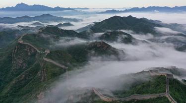Foto dari udara menunjukkan Tembok Besar China seksi Jinshanling yang diselimuti kabut pagi di wilayah Luanping, Kota Chengde, Provinsi Hebei, China, 10 Agustus 2020. (Xinhua/Zhou Wanping)