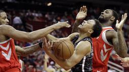 Pebasket San Antonio Spurs, Bryn Forbes, berusaha melewati pebasket Houston Rockets pada laga NBA di Toyota Center Selasa (13/2/2018). Houston Rockets menang 109-93 atas San Antonio Spurs. (AP/David J. Phillip)