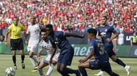 Pemain Liverpool, Mohamed Salah (kiri) berusaha melewati adangan bek Manchester United, Timothy Fosu-Mensah (dua dari kiri), pada pertandingan International Champions Cup (ICC) 2018, di Michigan Stadium Ann Arbor, Michigan, Amerika Serikat, Minggu (29/7/2