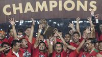 Para pemain Persija Jakarta merayakan gelar juara Piala Presiden setelah mengalahkan Bali United di SUGBK, Jakarta, Sabtu (17/2/2018). Persija menang 3-0 atas Bali United. (Bola.com/Vitalis Yogi Trisna)
