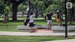Warga beraktivitas di Taman Lapangan Banteng, Jakarta, Minggu (18/10/2020). Taman Lapangan Banteng dibuka pukul 06.00 sampai 17.00, khusus bagi masyarakat yang akan berolahraga. (Liputan6.com/Faizal Fanani)