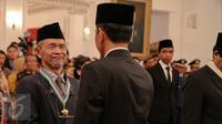 Presiden Jokowi (kanan) memberikan tanda kehormatan Bintang Budaya Paramadharma kepada sastrawan dan budayawan, Goenawan Mohamad di Istana Negara, Jakarta, Kamis (13/8).  (Liputan6.com/Faizal Fanani)