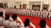 Anggota Pasukan Pengibar Bendera Pusaka (Paskibraka) memberi hormat kepada Presiden Joko Widodo saat dikukuhkan di Istana Negara, Jakarta, Kamis (15/8/2019). Sebanyak 68 anggota Paskibraka tersebut akan bertugas pada upacara HUT ke-74 RI. (Liputan6.com/Angga Yuniar)
