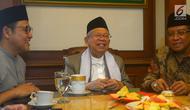 Bakal calon wakil presiden Ma'ruf Amin (tengah) didampingi Ketua Umum PKB Muhaimin Iskandar (kiri) dan Ketua Umum PBNU Said Aqil Siroj (kanan) saat menggelar pertemuan di Kantor PBNU, Jakarta, Selasa (14/8). (Merdeka.com/Imam Buhori)