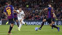 Striker Inter Milan, Lautaro Martinez, melepaskan tendangan ke gawang Barcelona pada laga Liga Champions, di Stadion Camp Nou, Rabu (24/10/2018). Barcelona menang 2-0 atas Inter Milan. (AP/Manu Fernandez)