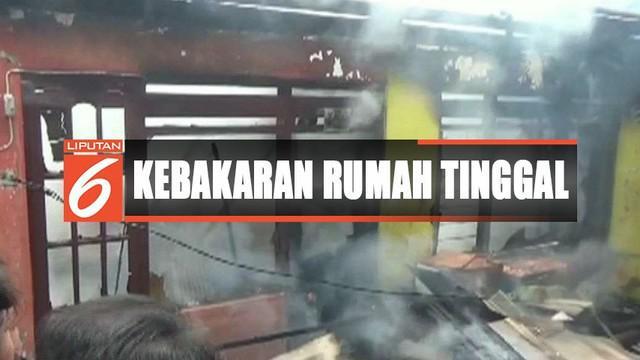 Meski sempat panik dan berlarian, warga turut membantu memadamkan api bersama dengan petugas damkar.