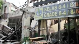 Kondisi bangunan yang ambruk di SMP Negeri 32, Pejagalan, Tambora, Jakarta, Selasa (14/8). Akibat dari ambruknya bangunan tersebut para siswa menumpang di SMPN 159 yang lokasinya jauh dari SMPN 32. (Merdeka.com/ Iqbal S. Nugroho)