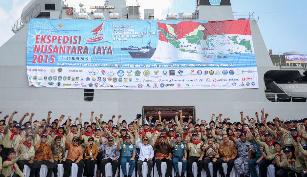 Wapres Jusuf Kalla (tengah duduk) berfoto dengan peserta Ekspedisi Nusantara Jaya 2015 di Jakarta, Senin (1/6/2015). Ekpedisi tersebut mendorong terwujudnya tol laut yang diharapkan dapat memperkuat konektivitas antara pulau. (Liputan6.com/Faizal Fanani)