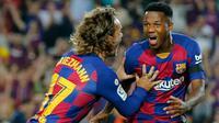 Ansu Fati bersama Antoine Griezmann merayakan gol Barcelona ke gawang Valencia. (AFP/Pau Barrena)