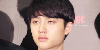 Biasanya D.O EXO selalu tampil tampan dan memukau. Namun pada suatu momen, ia tertangkap kamera saat ekspresinya seperti ini. Tampaknya D.O sedang ngantuk berat ya. (Foto: koreaboo.com)