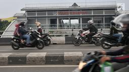 Pengendara sepeda motor melawan arah di jalan layang atau flyover Buaran, Jakarta, Kamis (29/11). Nekatnya pengendara motor tersebut dapat membahayakan keselamatan pengguna jalan lain sekaligus mengancam nyawa mereka sendiri. (Merdeka.com/Iqbal S Nugroho)