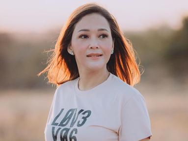 Meski menggunakan makeup natural dan sederhana, penampilan Maia kerap mencuri perhatian. Ia juga sering mengunggah foto saat tak menggunakan makeup di akun Instagram pribadinya. (Liputan6.com/IG/@maiaestiantyreal)