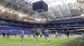 Para pemain Getafe berlatih selama sesi latihan Getafe di Veltins-Arena di Gelsenkirchen, Jerman, Selasa, (4/8/2020). Getafe akan bertanding melawan Inter Milan pada babak 16 besar Liga Europa di Veltins Arena. (Lars Baron / Pool via AP)