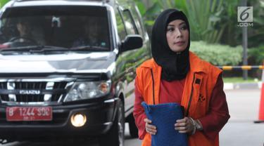 Tersangka Marketing Manager PT Humpuss Transportasi Kimia Asty Winasti (kiri) memasuki gedung KPK untuk pemeriksaan di Jakarta, Senin (6/5/2019). Asty Winasti diperiksa sebagai tersangka kasus dugaan suap terhadap mantan anggota DPR dari Fraksi Golkar Bowo Sidik Pangarso. (merdeka.com/Dwi Narwoko)
