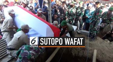 Jenazah juru bicara BNPB Sutopo Purwo Nugroho dimakamkan di TPU Sasonolayu Siswodipuran Boyolali. Ikut mengantar pemakaman Sutopo kepala BNPB Doni Monardo dan gubernur Jawa Tengah Ganjar Pranowo.