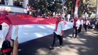 Bendera sepanjang 100 meter dengan lebar empat meter, mampu menutupi jalan Kabupaten di area Lapangan Otista, ALun-alun, Garut, Jawa Barat (Liputan6.com/Jayadi Supriadin)