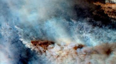 Gambar menunjukkan kebakaran hutan di sebelah timur Orbost, Australia, Sabtu (4/1/2020). Perdana Menteri Australia memanggil sekitar 3.000 tentara cadangan ketika ancaman kebakaran hutan meningkat pada Sabtu di setidaknya tiga negara bagian. (Satellite image ©2020 Maxar Technologies via AP)