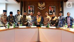 Ketua MPR Bambang Soesatyo (tengah) dan sembilan Wakil Ketua MPR berfoto bersama sebelum rapat perdana pimpinan MPR periode 2019-2024 di Kompleks Parlemen Senayan, Jakarta, Rabu (9/10/2019). Rapat membahas pembagian tugas hingga rencana pelantikan Jokowi-Ma'ruf Amin. (Liputan6.com/Johan Tallo)