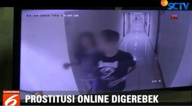 Dari rekaman kamera pengawas, anggota polisi yang menyamar akhirnya dapat masuk ke dalam kamar perempuan yang diduga PSK online.