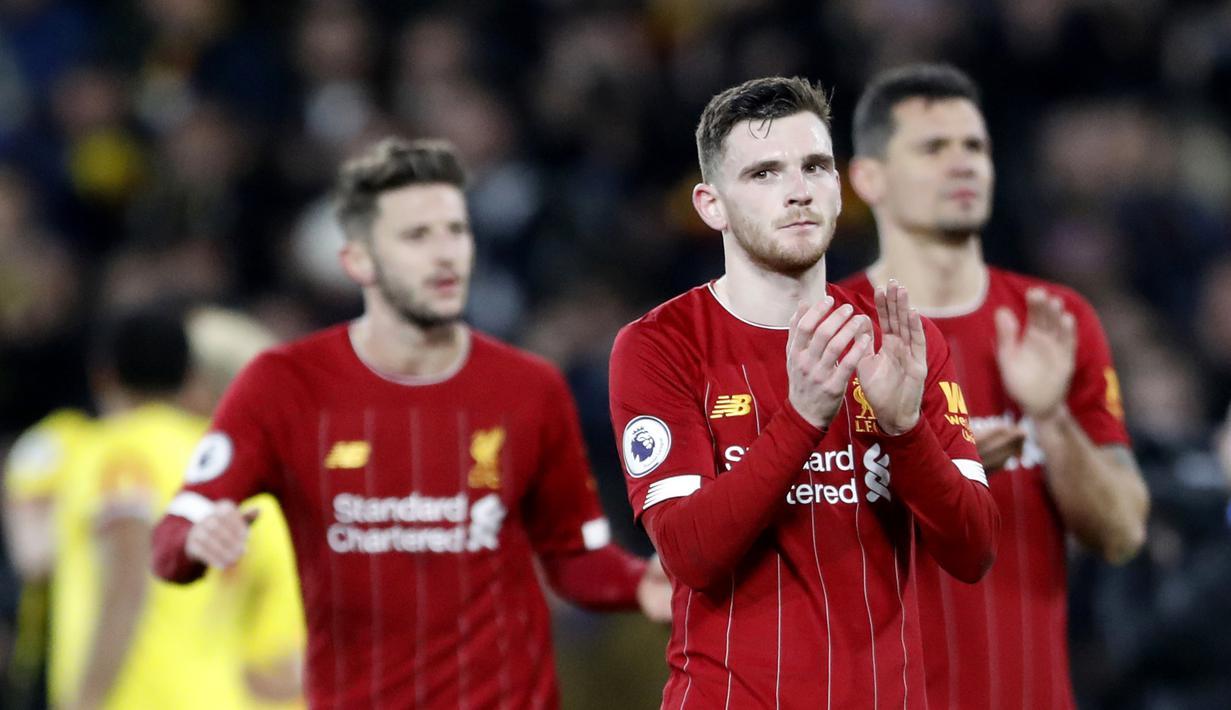 Pemain Liverpool, Andrew Robertson, memberikan aplaus kepada suporter usai ditaklukkan Watford pada laga Premier League di Stadion Vicarage Road, Sabtu (29/2/2020). Watford menang 3-0 atas Liverpool. (AP/Alastair Grant)