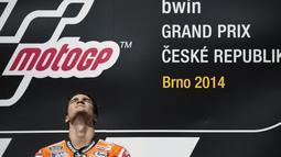 Ekspresi Dani Pedrosa saat mendengarkan lagu kebangsaan Spanyol di podium utama GP Ceko yang dihelat di Sirkuit Brno, (17/8/2014). (AFP PHOTO/Michal Cizek)