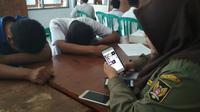 Sembilan pelajar di Kediri tepergok bolos sekolah dan koleksi video porno. (Liputan6.com/Dian Kurniawan)