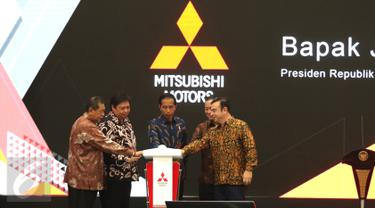 Presiden Joko Widodo (tengah) saat meresmikan pengoprasian pabrik baru PT Mitsubishi Motors Krama Yudha Indonesia (MMKI) yang berlokasi di GIIC, Cikarang Pusat, Kabupaten Bekasi, Jawa Barat, Selasa (25/4). (Liputan6.com/Angga Yuniar)
