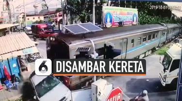Seorang pengemudi mobil nekat menyeberangi rel saat kereta api akan melintas di Samut Sakorn, Thailand. Alhasil, mobil pun ditabrak kereta hingga terseret beberapa meter. Ajaibnya, pengemudi mobil selamat dari kejadian mengerikan ini.