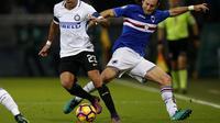 Penyerang Inter Milan, Eder (kiri) berusaha melewati adangan pemain Sampdoria, Edgar Barreto, pada laga lanjutan Serie A 2016-2017, di Stadion Luigi Ferraris, Minggu (31/10/2016) dini hari WIB.  (AFP/Marco Bertorello)