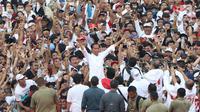 Capres 01 Joko Widodo mengacungkan jari saat kampanye akbar bertajuk 'Konser Putih Bersatu' di Stadion Gelora Bung Karno, Jakarta, Sabtu (13/4). Dalam kampanyenya Jokowi mengajak  untuk mencoblos pasangan 01 Jokowi-Ma'ruf Amin saat Pemilu 2019. (Liputan6.com/Angga Yuniar)