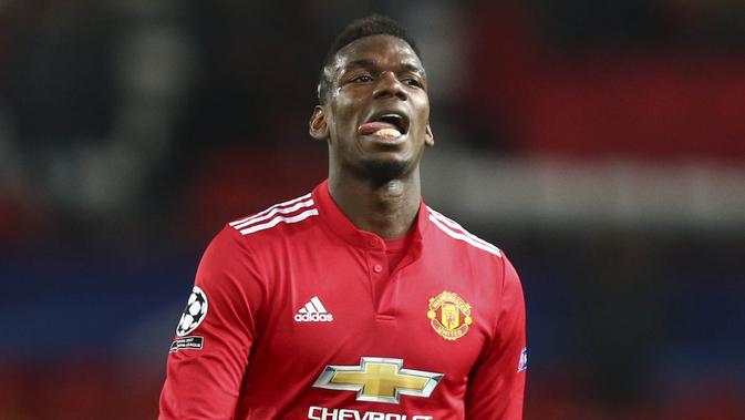 Gelandang Manchester United, Paul Pogba, tampak kecewa usai disingkirkan Sevilla dari Liga Champions di Stadion Old Trafford, Selasa (13/3/2018). Manchester United takluk 1-2 dari Sevilla. (AP/Dave Thompson)